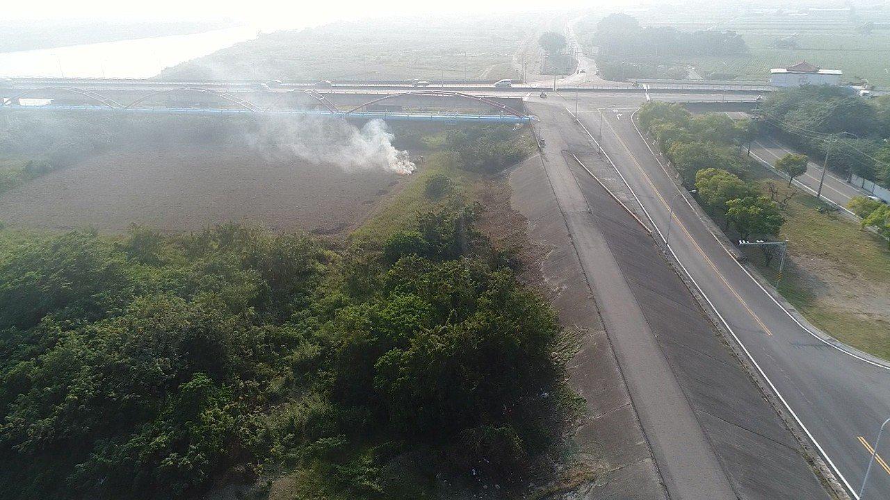 官田區大面積燃燒稻草。圖/台南市環保局提供