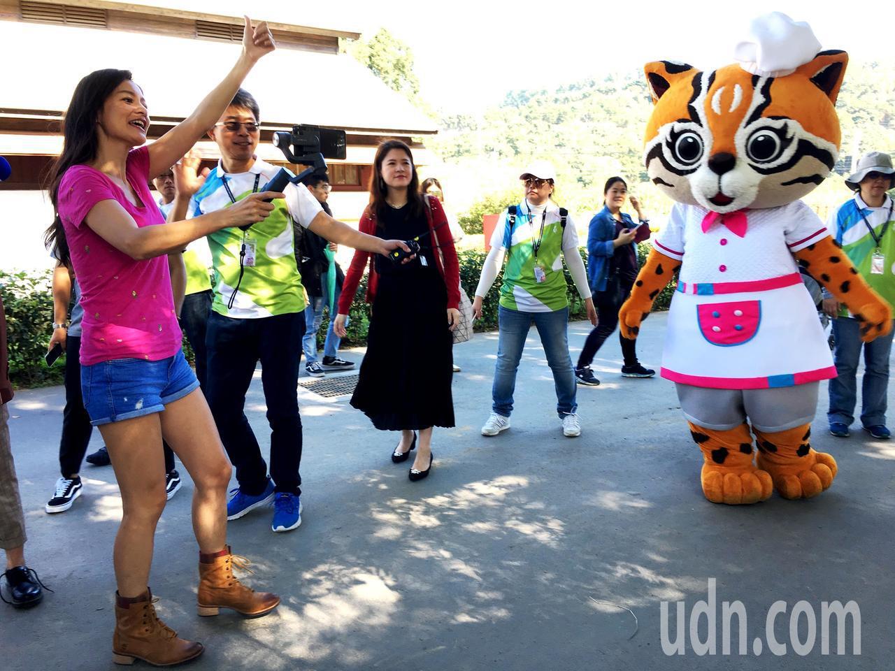 知名旅遊節目主持人Janet上午來到台中花博后里園區,以臉書直播方式與百萬粉絲互...