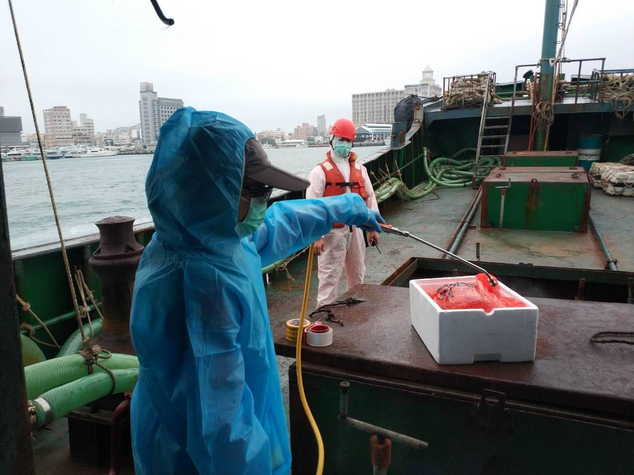 澎湖海巡隊查扣越界陸船「永興8號」,船上有10公斤豬肉。圖/澎湖海巡隊提供
