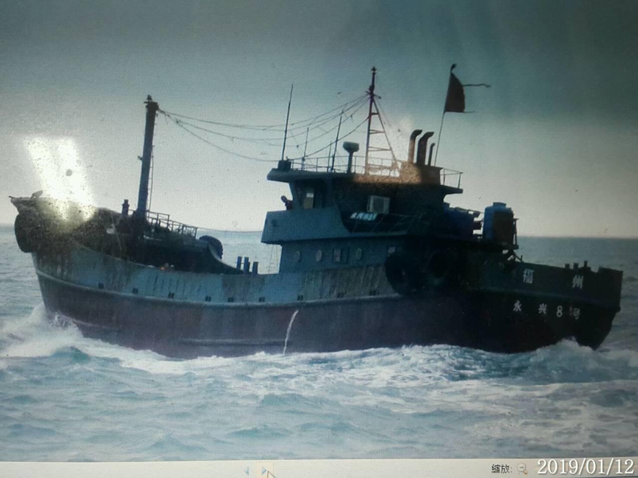 澎湖海巡隊查扣越界陸船「永興8號」。圖/澎湖海巡隊提供