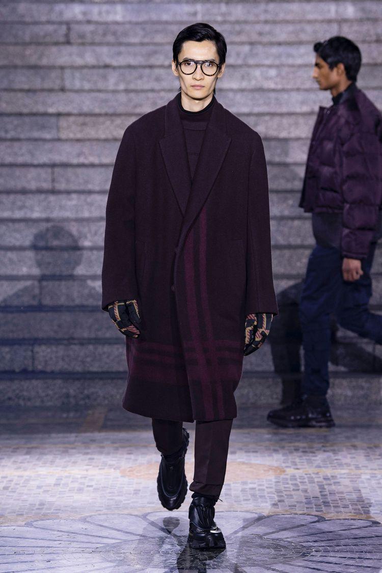 酒紅色的毛料大衣也點綴了線條的裝飾,讓Ermenegildo Zegna的男裝看...