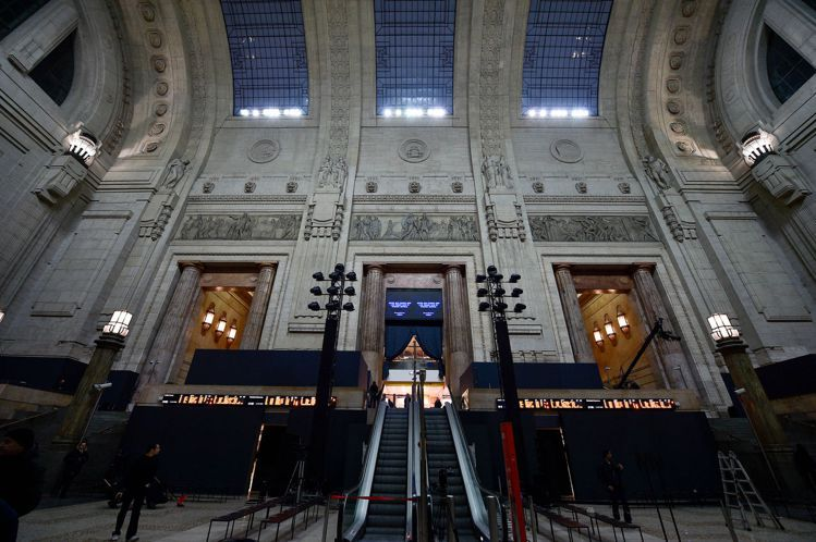 在白天,Ermenegildo Zegna大秀場地,還是熙來攘往的車站大廳。圖/...