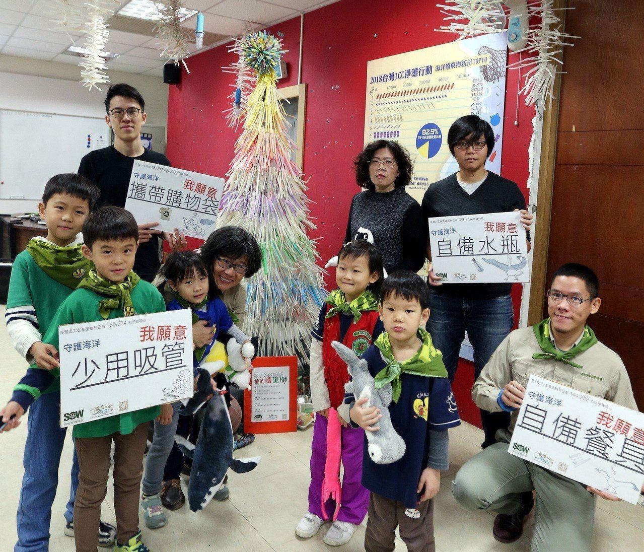 荒野保護協會理事長劉月梅(前排左四)在2018淨灘數據公布記者會中,與志工、小朋...