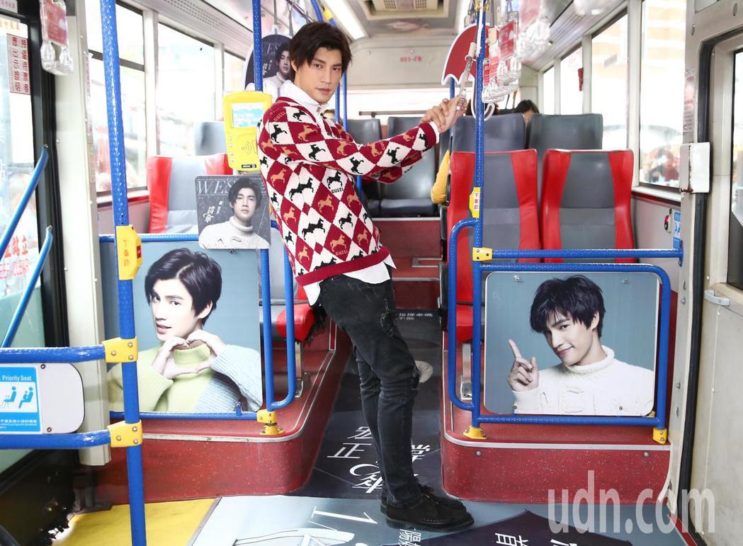 歌手羅宏正下午在西門町舉行『撐傘專車』啟動見面會,宣傳新單曲「撐傘」。記者王騰毅