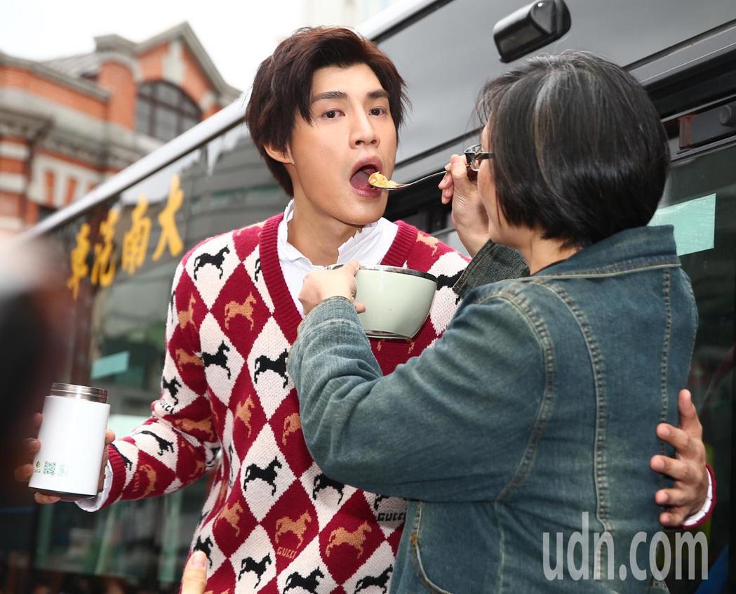 歌手羅宏正下午在西門町宣傳新單曲「撐傘」,他的頭號粉絲媽媽化身神秘嘉賓,帶著雞湯...