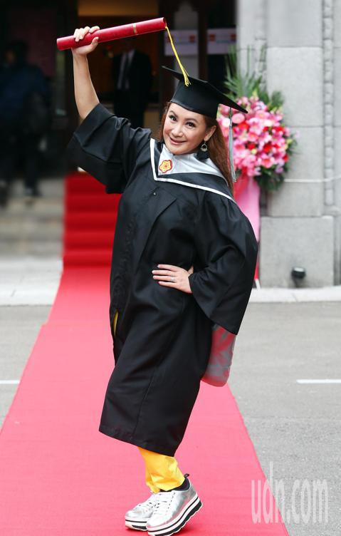 台師大第二屆GF-EMBA(師大國際時尚碩士在職專班)今天舉行畢業典禮,歌仔戲團團長陳亞蘭也是畢業生之一,她在畢業典禮上特別感謝同學們的幫忙,因為有了大家的協助,才能讓這位歌仔戲演員順利畢業。相隔多...