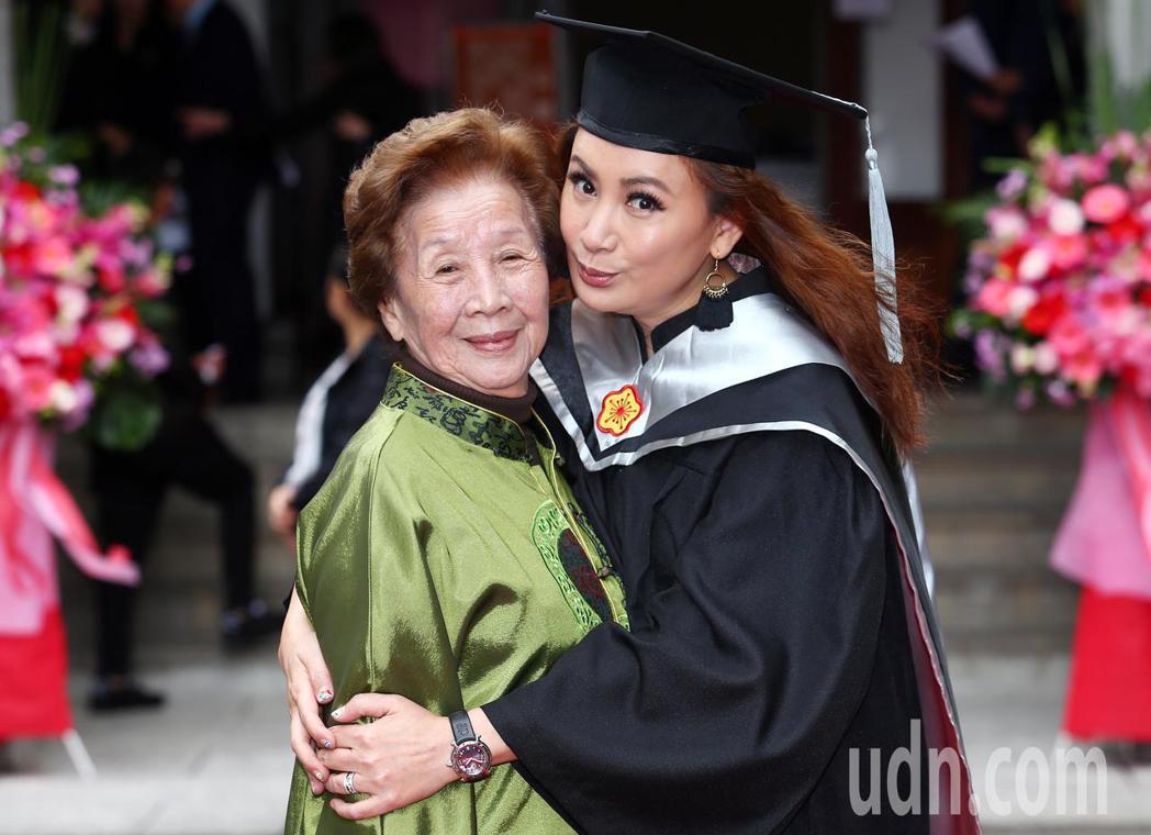 陳亞蘭今天帶著媽媽一同出席畢業典禮。記者杜建重/攝影