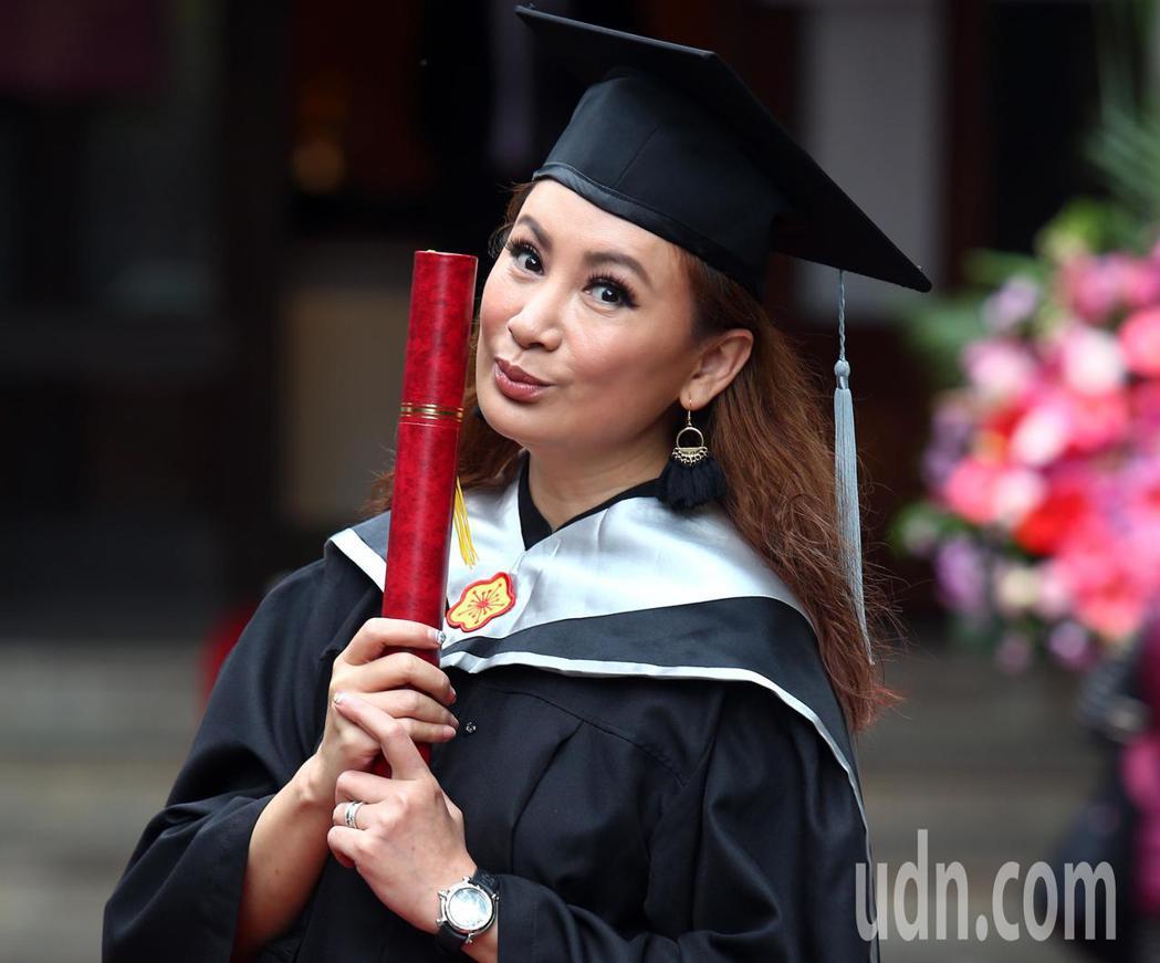 陳亞蘭今天從台師大第二屆GF-EMBA(師大國際時尚碩士在職專班)畢業,開心拿著...