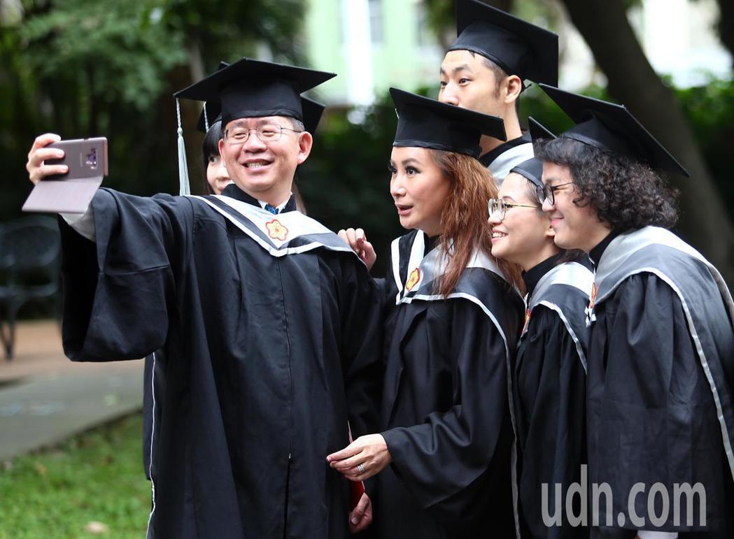 陳亞蘭(左二)今天從台師大第二屆GF-EMBA(師大國際時尚碩士在職專班)畢業,...