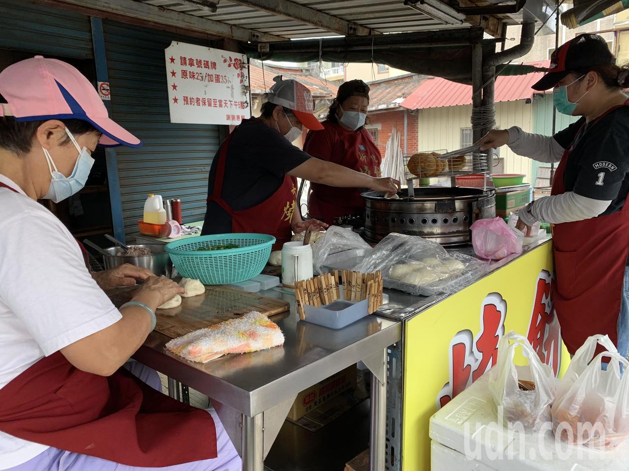 台南知名排隊美食新化燒餅,下月要調漲5元。記者吳淑玲/攝影