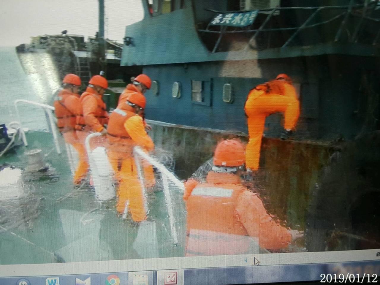 艦隊分署第8海巡隊規劃聯防掃蕩勤務,10038艇海巡人員在七美西南23浬處,海上...