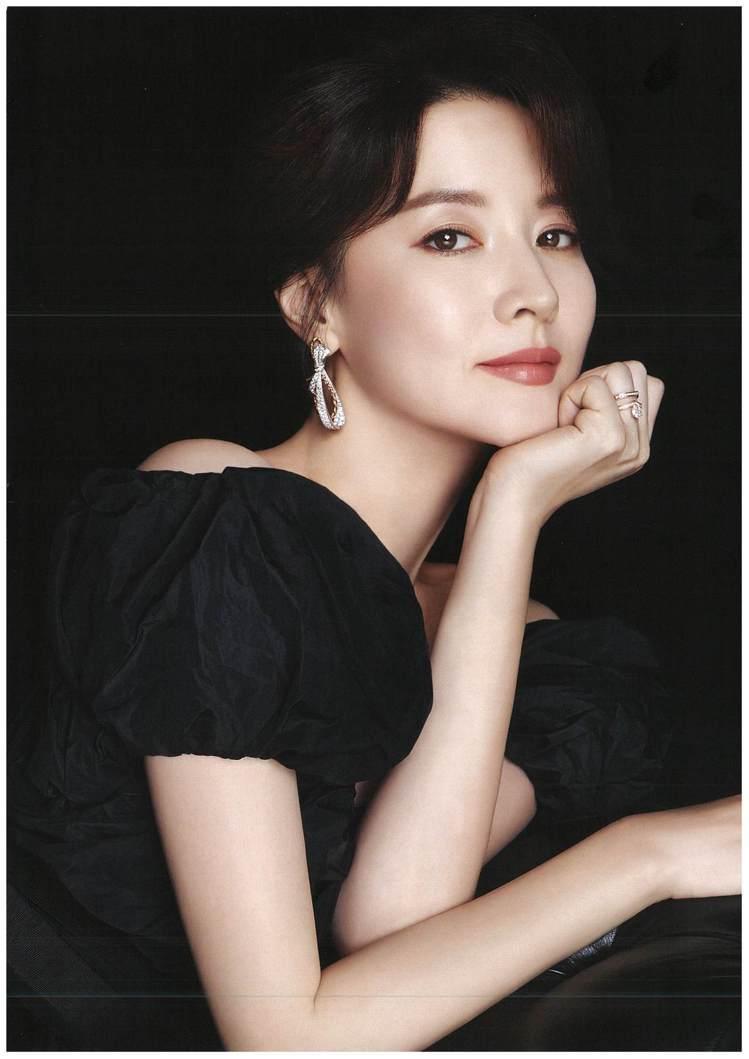 李英愛拍攝雜誌封面演繹Chaumet珠寶。圖/Chaumet提供