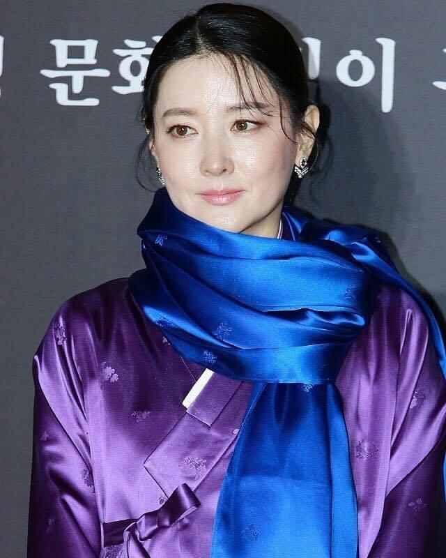 李英愛日前於首爾出席活動以Chaumet經典的Jesephine系列珠寶搭配韓國...