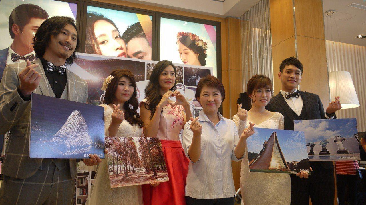 台中市觀光局舉行百大婚紗景點票選,旅遊節目主持人Janet(左三)穿上禮服代言走...