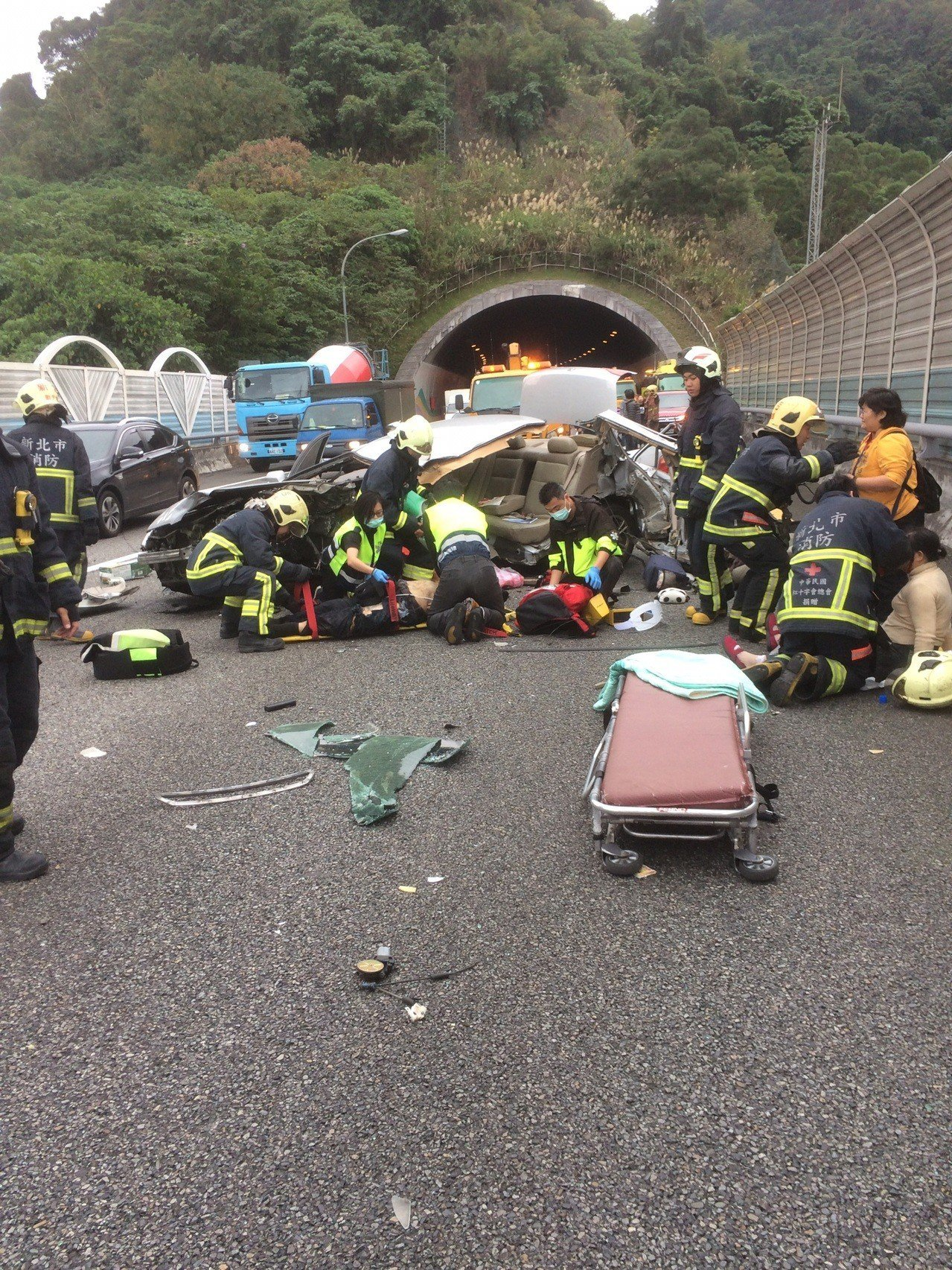 新市北二高南下安坑隧道入口處今天下午發生車禍意外,一輛銀色自小客車疑似自撞護欄,...