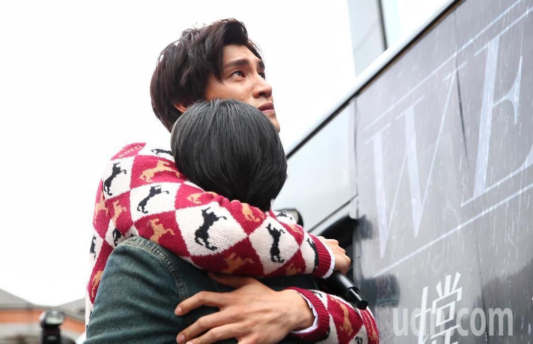 羅宏正(左)緊擁媽媽,感動噴淚。記者王騰毅/攝影