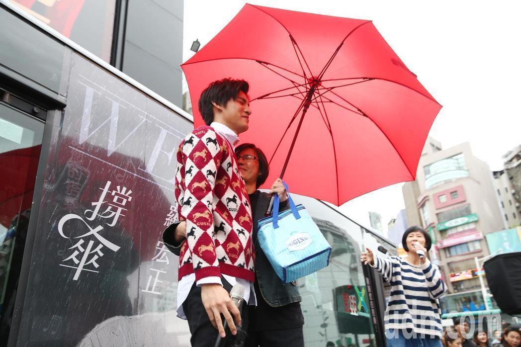 羅宏正(左)對媽媽的一路照料感激在心。記者王騰毅/攝影
