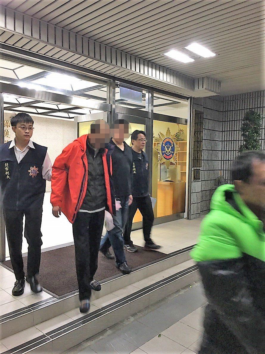 台北市一名42歲江姓毒販去年1月因涉販毒案,於新北市中和區被警方追捕時,一度拿出...
