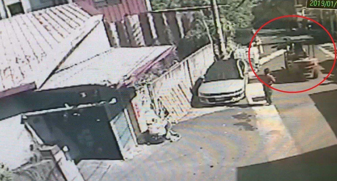 7歲徐姓女童從行進中的堆高機(紅圈處)墜落遭輾斃。圖/記者趙容萱翻攝