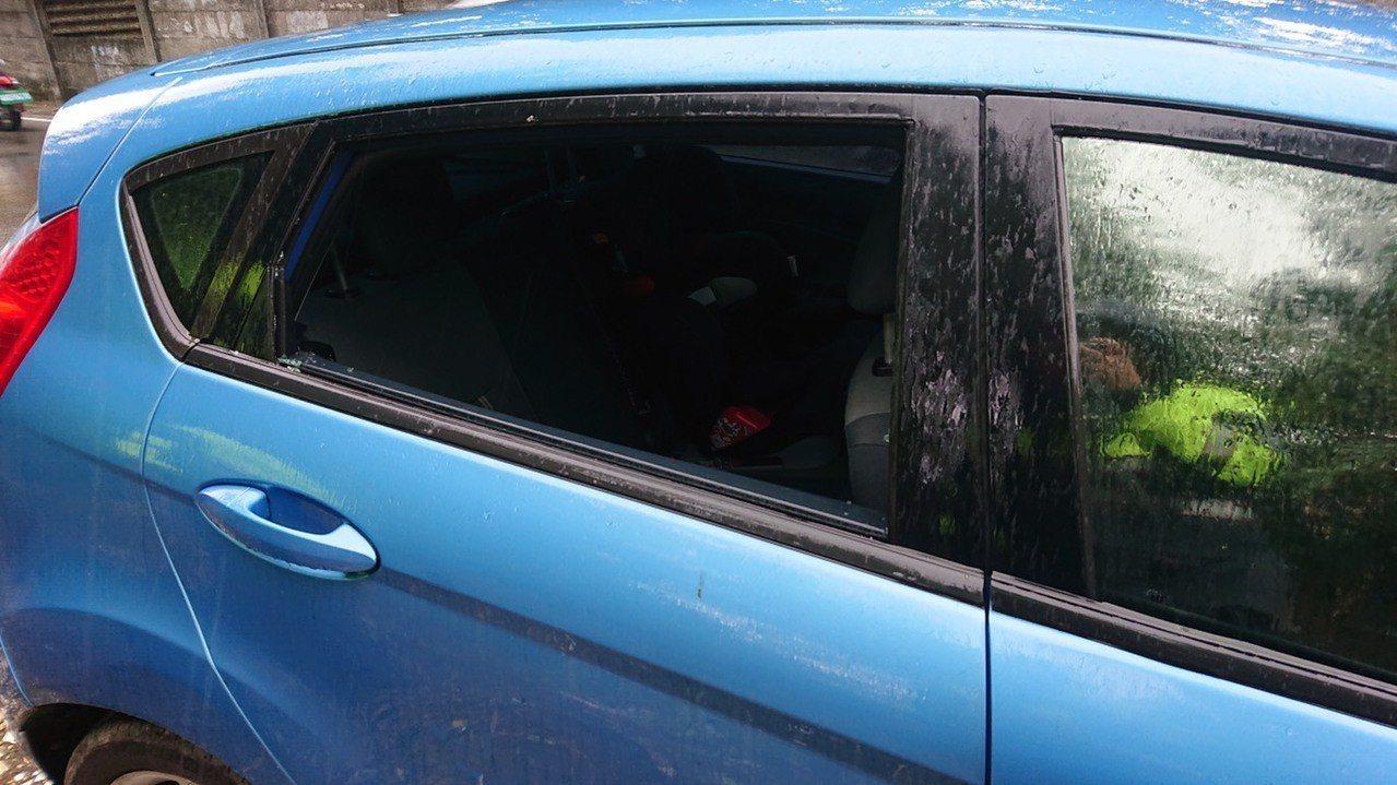 車窗被敲破,車主要花數千元裝新玻璃,比零錢被偷高出多倍。記者鄭國樑/翻攝
