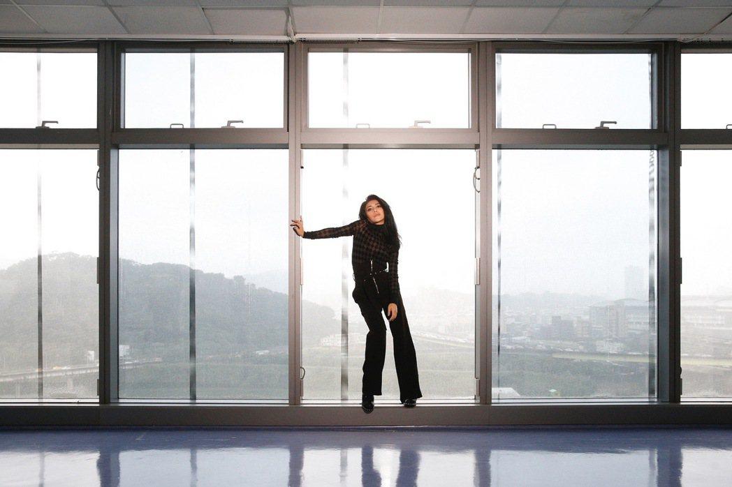 艾怡良穿著17公分高的高跟鞋拍MV。圖/EMI提供