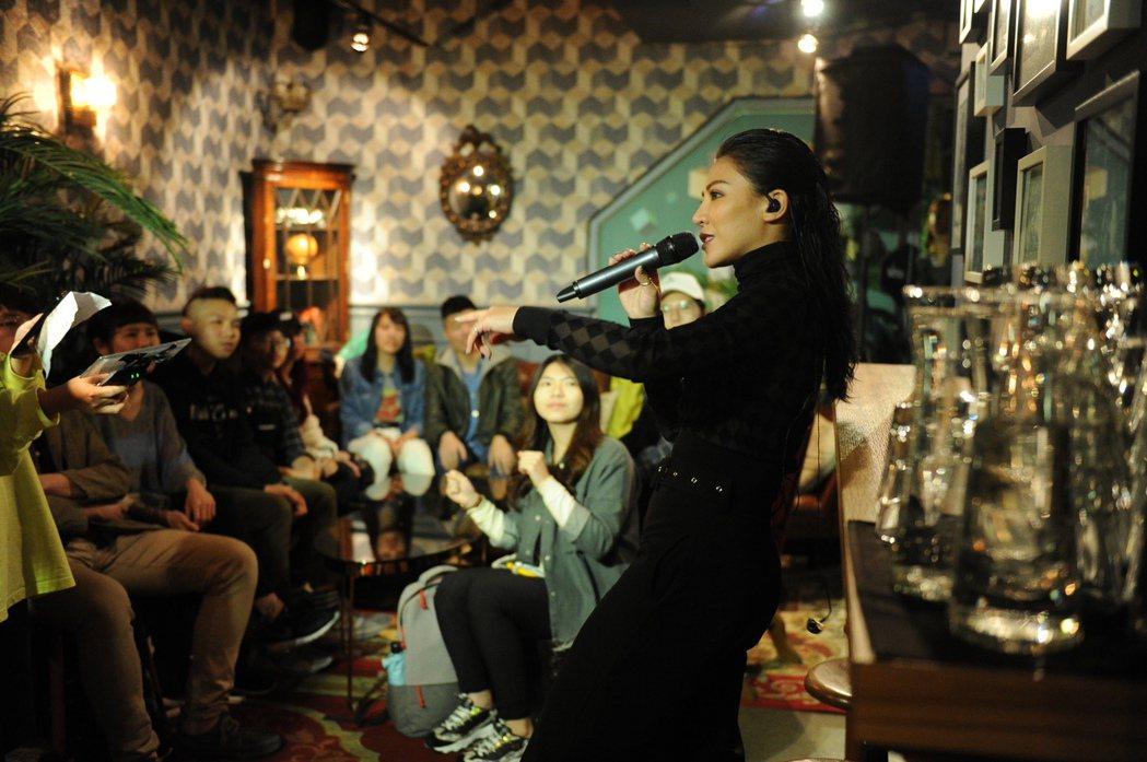 艾怡良安排快閃開唱活動。圖/EMI提供