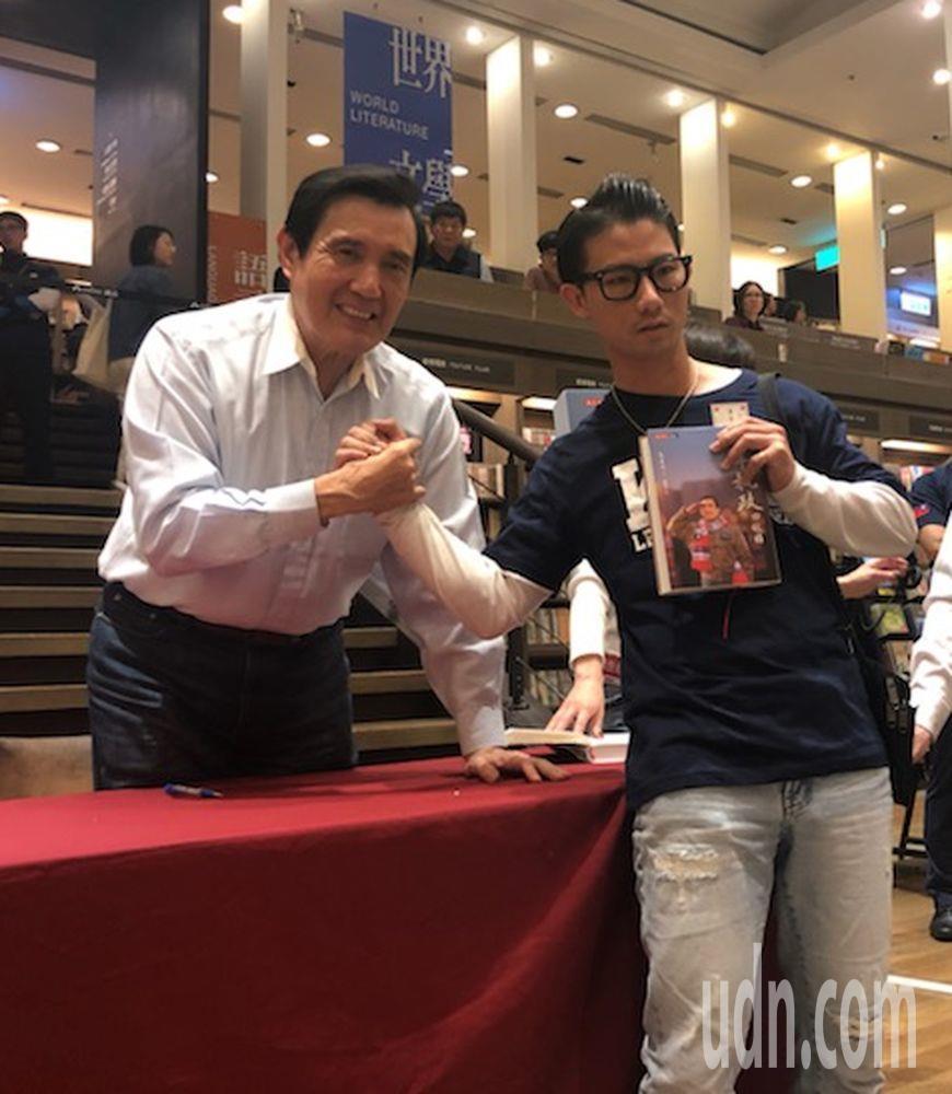 前總統馬英九(左)今天在高雄市大遠百誠品書店舉辦簽書會,簽過書後與讀者合影。記者...