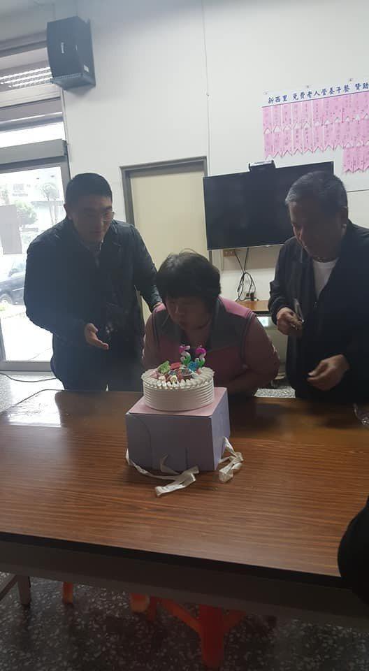 基隆市新西里里長陳漢昭在臉書貼出日前老婆的慶生會,突然出現一名貴客,就是國民黨前...