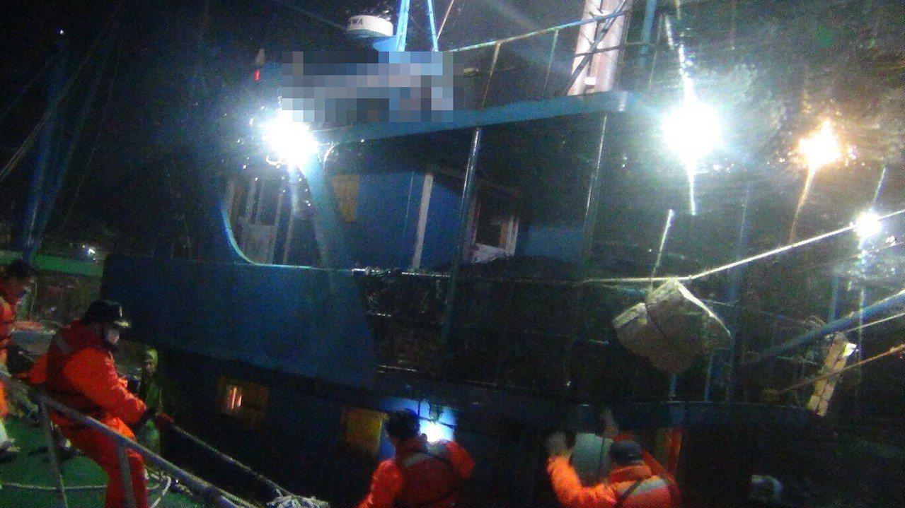 大陸閩獅漁船清晨越界捕魚,旋即遭我海巡署巡防艇強靠登檢取締。圖/海巡署提供