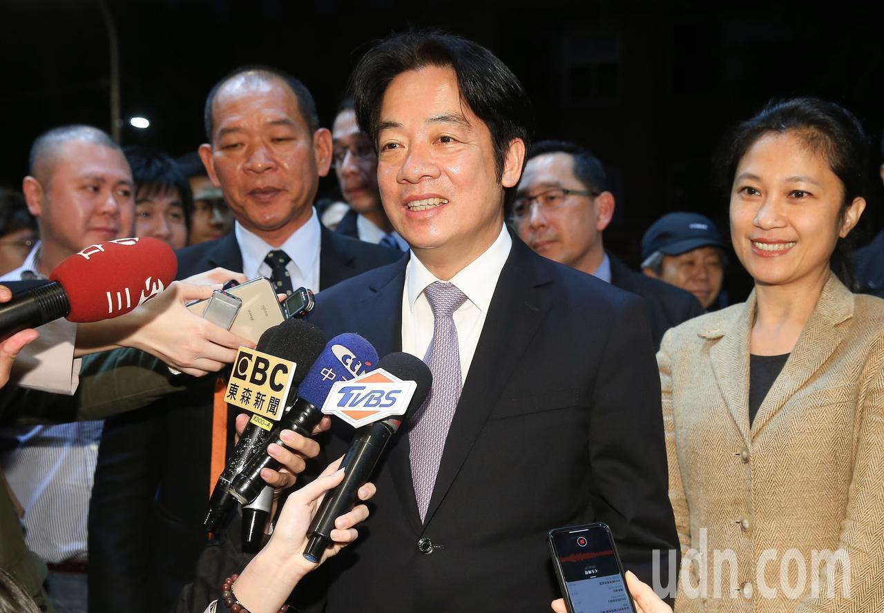 行政院長賴清德(中)昨天請媒體記者觀賞電影「後勁:王建民」,讓人聯想他是否意在表...