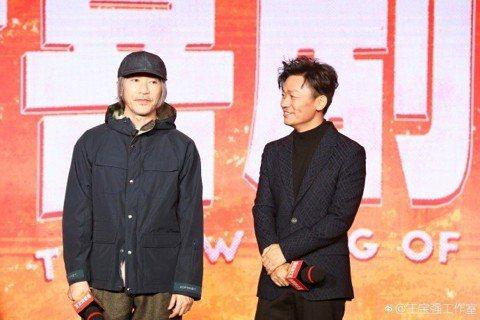 周星馳執導新片「新喜劇之王」11日在北京舉行記者會,周星馳這次依舊只導不演,男主角選中王寶強,被問及原因,周星馳笑答,這部電影主要是講跑龍套,但又需要一個大明星,「就只能想到王寶強了,只有他既有巨星...