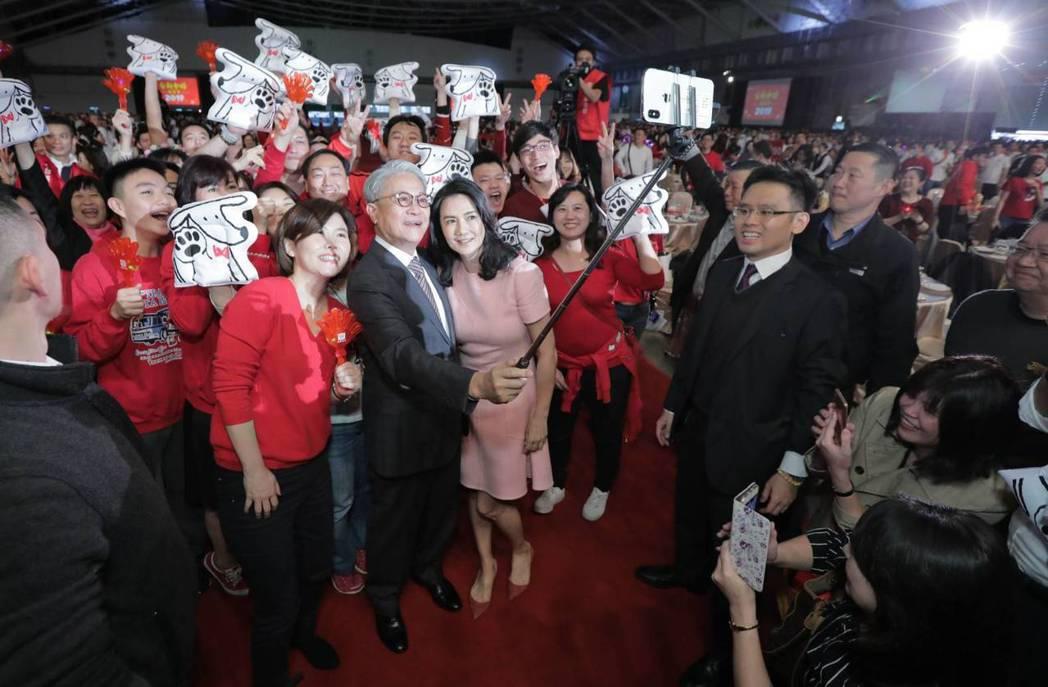 台新金控今天在台北南港展覽館舉行旺年會,吳東亮進場時受到員工夾道歡迎,在開心之餘...