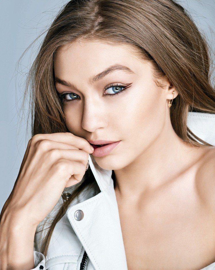 MAYBELLINE媚比琳超激細抗暈眼線液新色「蜜桃棕」,讓眼妝更多點甜度。圖/...