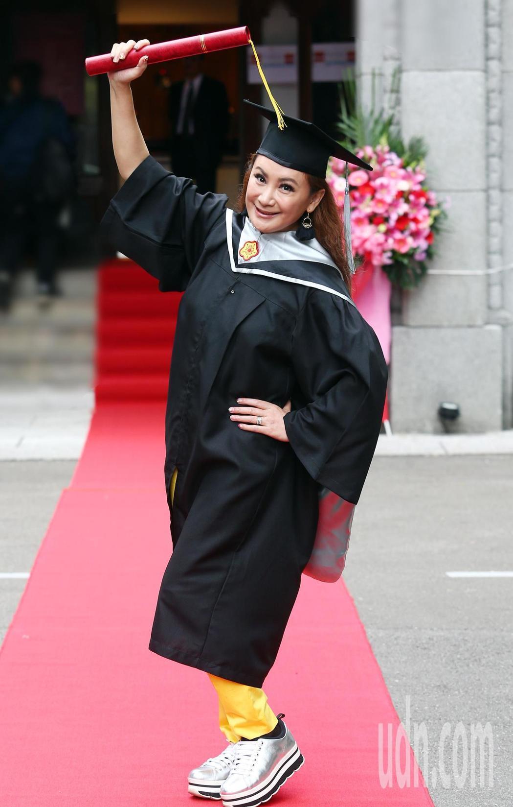 陳亞蘭帶著媽媽一同出席畢業典禮。記者杜建重/攝影
