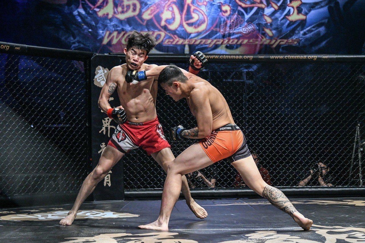 葉俊宏(左)職業賽首戰落敗。圖/大會提供