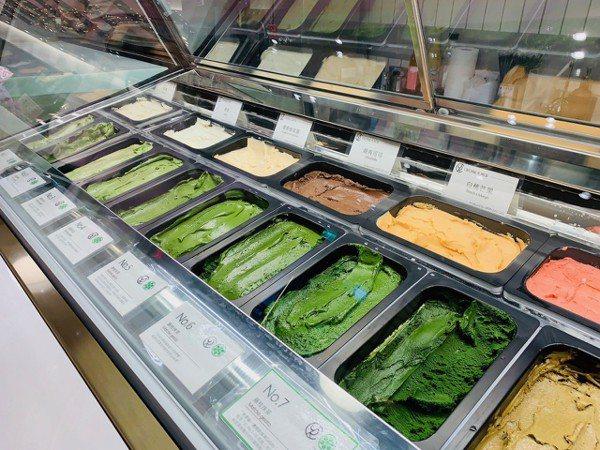 JAPAN RAIL CAFE提供七種不同濃淡風味的抹茶冰。 記者張芳瑜/攝影