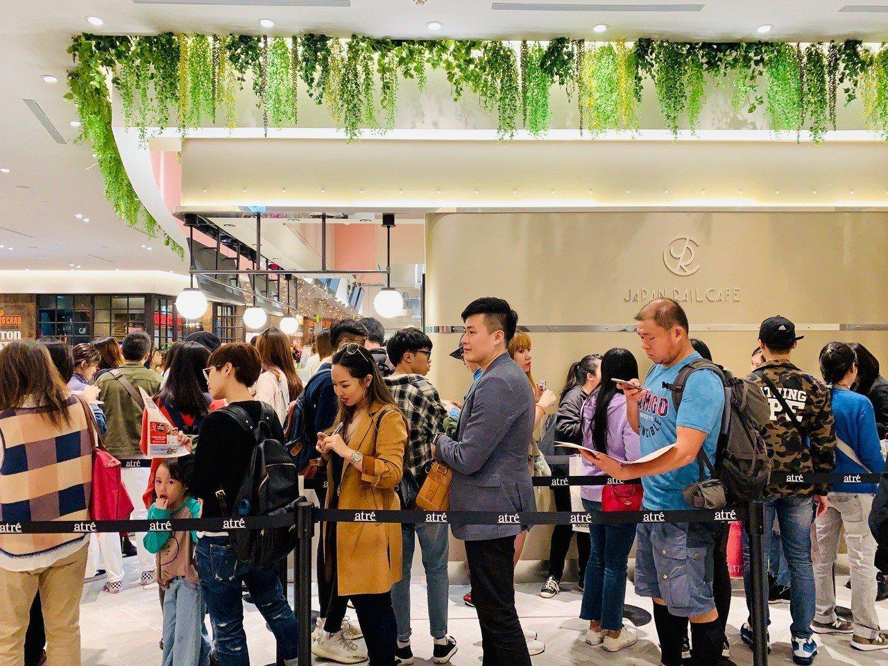 JAPAN RAIL CAFE最濃抹茶冰吸引民眾排隊購買。記者張芳瑜/攝影
