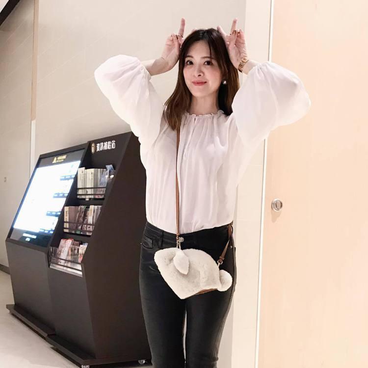 劉真也有可愛的LOEWE兔子包款。圖/取自IG