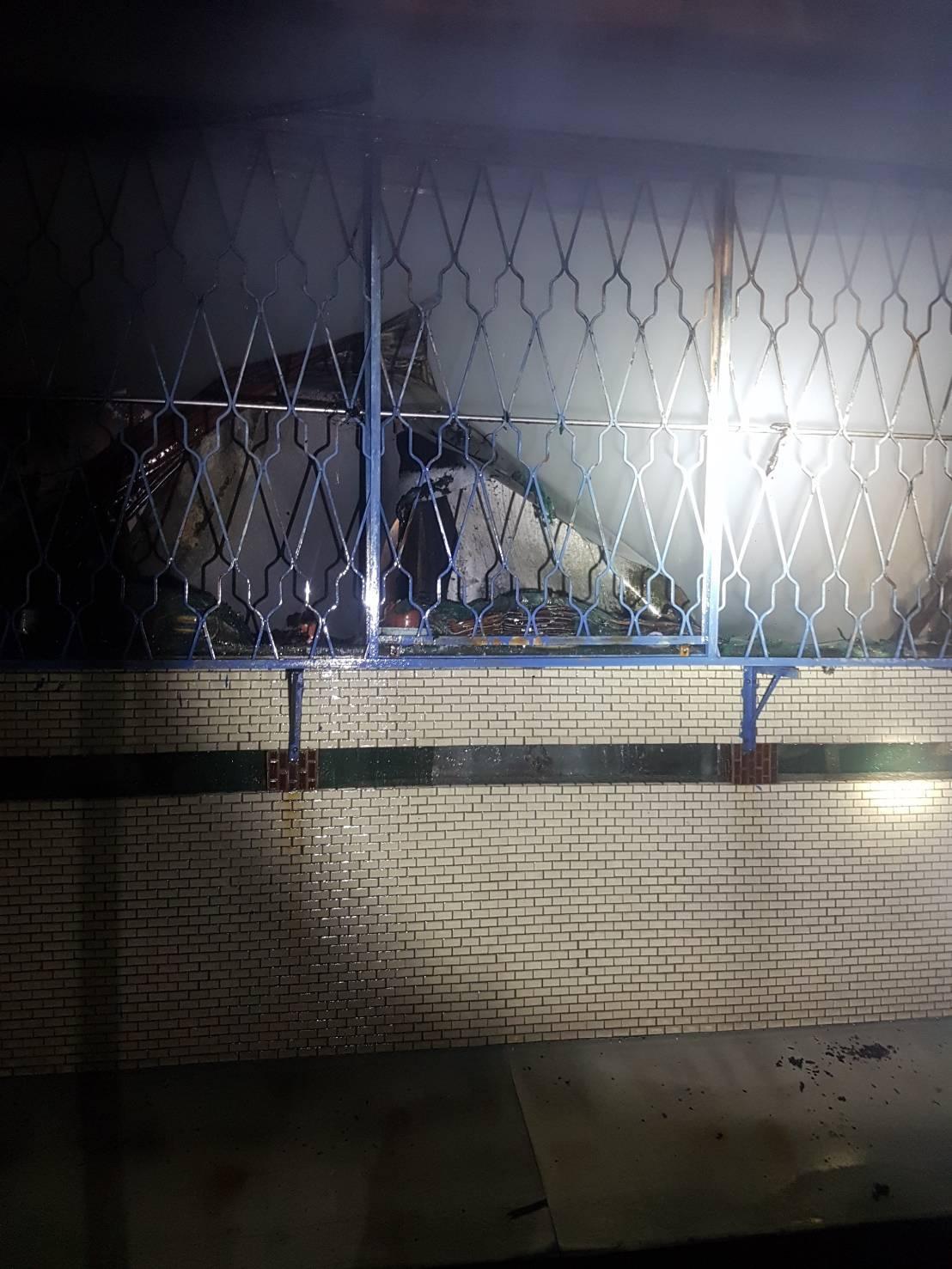 台中市潭子區一棟透天民宅今晚發生火警,火勢一度延燒左右棟民宅,所幸消防員及時控制...