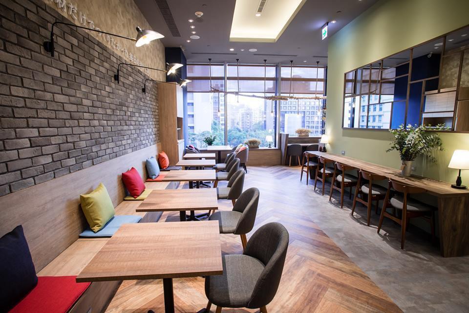 九州鬆餅atré店落地窗可眺望信義區街景。圖/擷取自九州鬆餅Cafe臉書