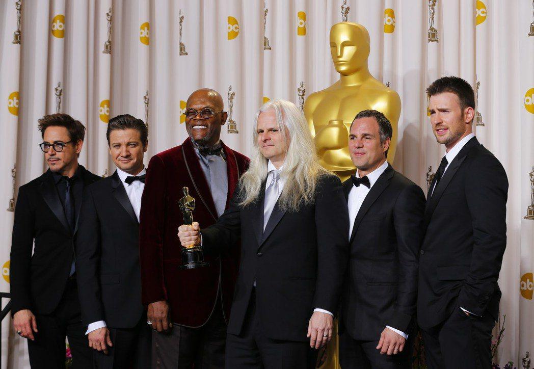 小勞勃道尼(左起)、傑瑞米雷納、山繆傑克森、馬克魯法洛(右二)、克里斯伊凡(右一...