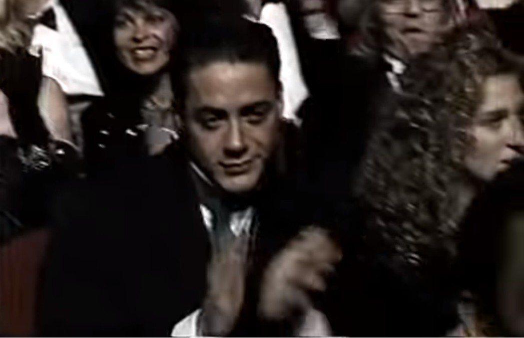 小勞勃道尼坐在台下像是冷笑鼓掌,身旁坐的是當年女友莎拉潔西卡派克。圖/翻攝自Yo