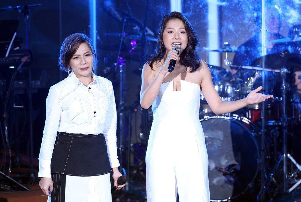 江美琪(左)邀來當年同門歌手侯湘婷擔任嘉賓。記者徐兆玄/攝影