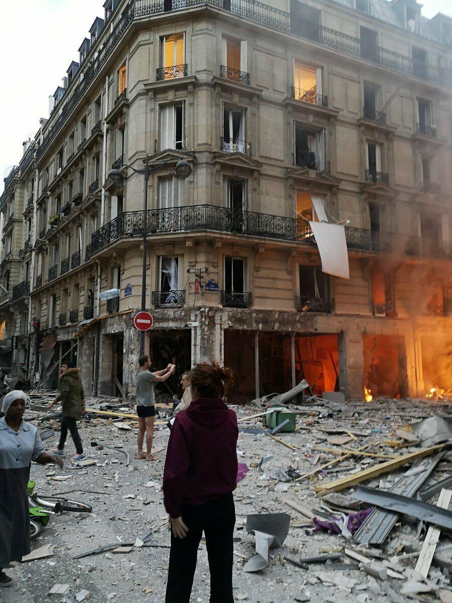 12日法國巴黎驚傳氣爆意外,已知2名消防員死亡,50人受傷。(美聯社)