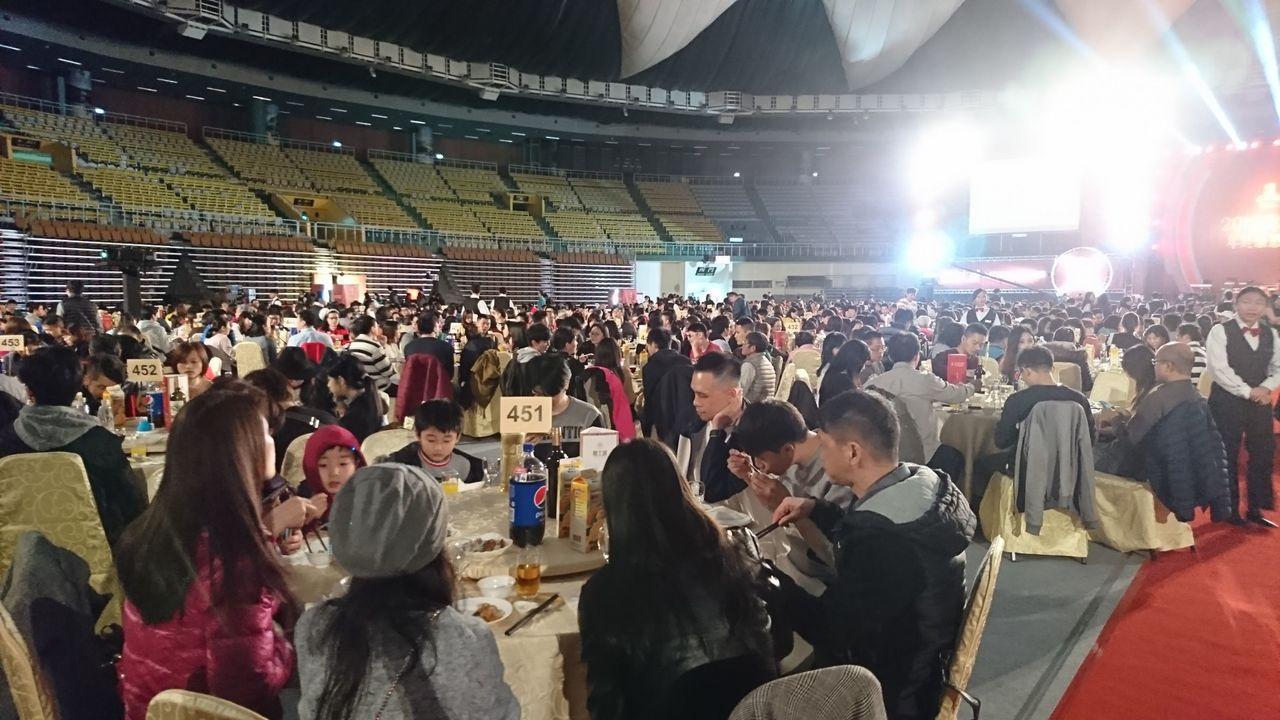 近半年房市回溫,桃大機構今舉辦歲末年終感恩餐會,近千名住戶一同參與,場面浩大。圖...