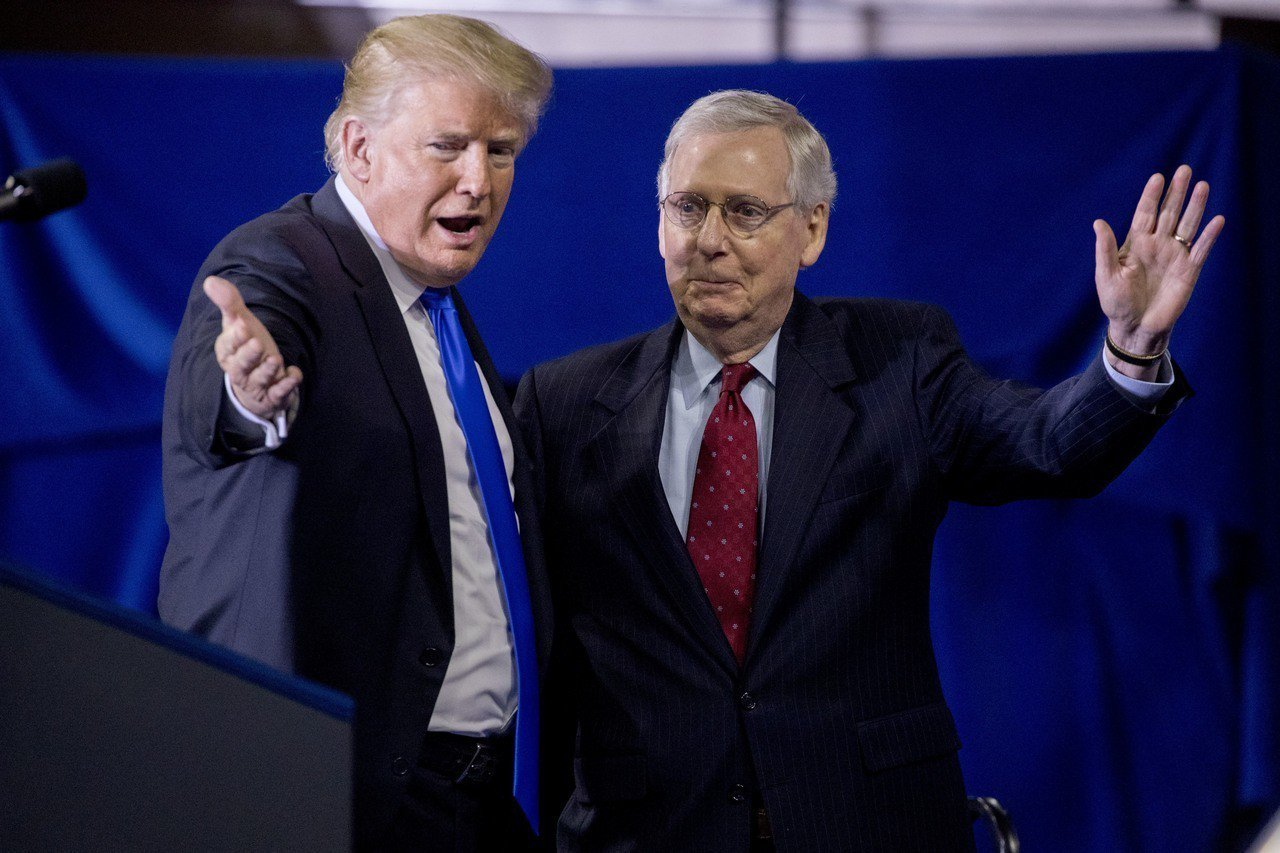 川普(左)去年10月在肯塔基州助選時,邀請麥康諾(右)上台。(美聯社)