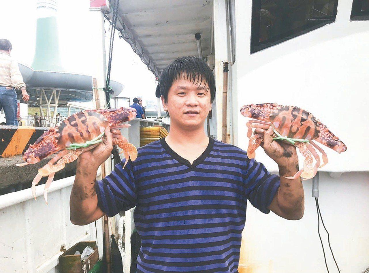 30歲的吳啟帆三年前學習捕蟹,如今收入翻倍,更是船員口中的拚命三郎。 圖/新北漁...