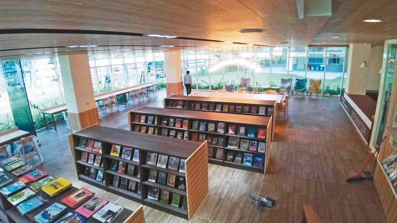 高雄市鹽埕國中新建「愛河圖書館」,以「玻璃盒」為設計理念。 記者徐如宜/攝影
