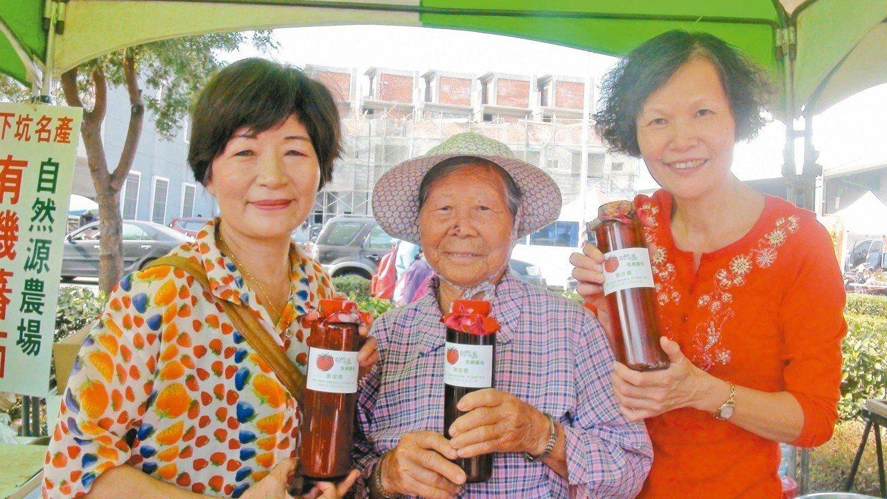 劉金卿(左)與婆婆(中),因為長期食用有機農產,維持良好的健康,劉金卿為此,更加...