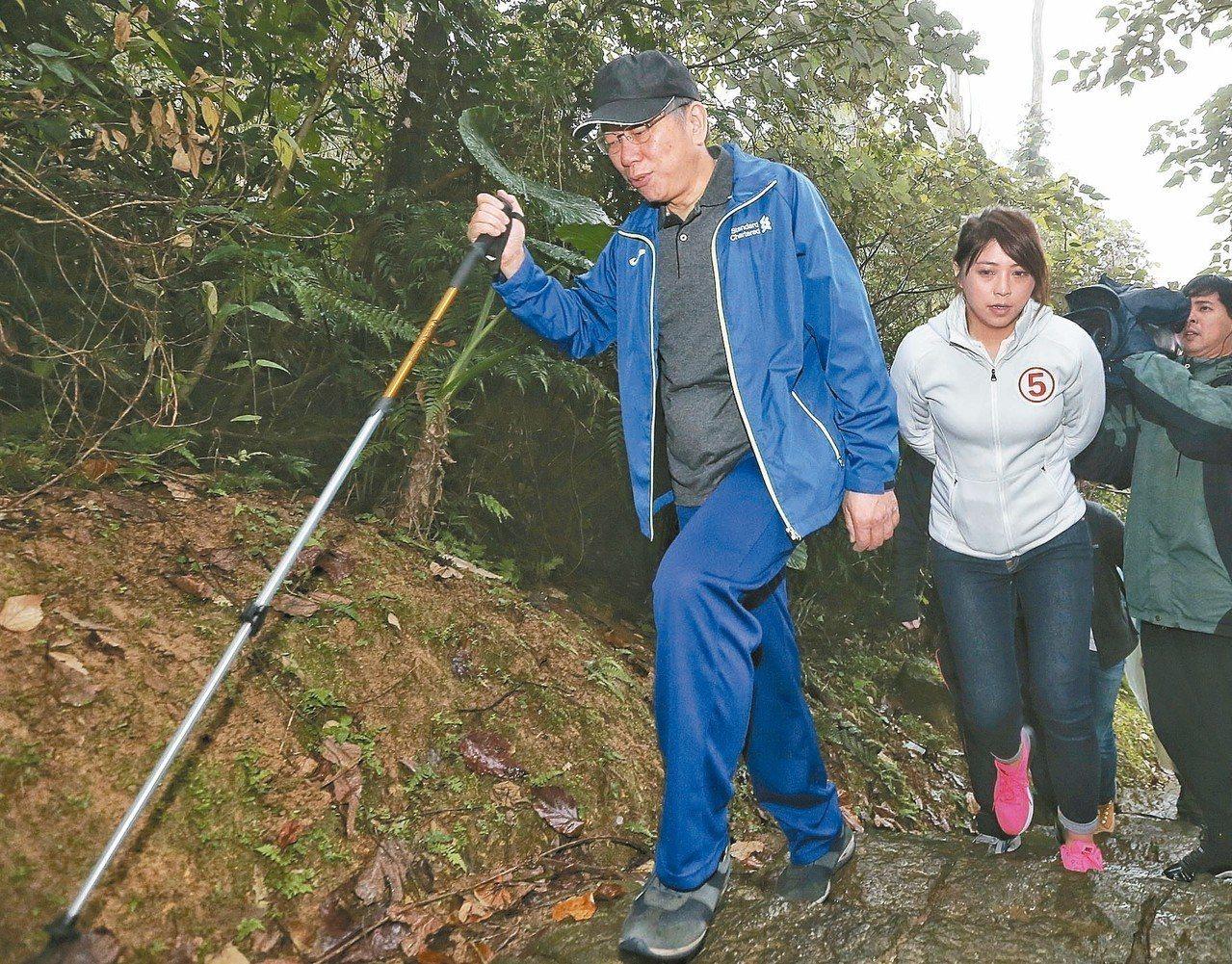 台北市長柯文哲(左)昨天登山健行,要從政大飛龍步道口走至指南宮。 記者鄭清元/攝...